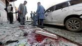 Afghanistan terguncang ketika sebuah bom bunuh diri meledak di kantor registrasi pemilih di Kabul pada Minggu (22/4), merenggut 57 nyawa dan melukai 100 orang lainnya. (Reuters/Omar Sobhani)