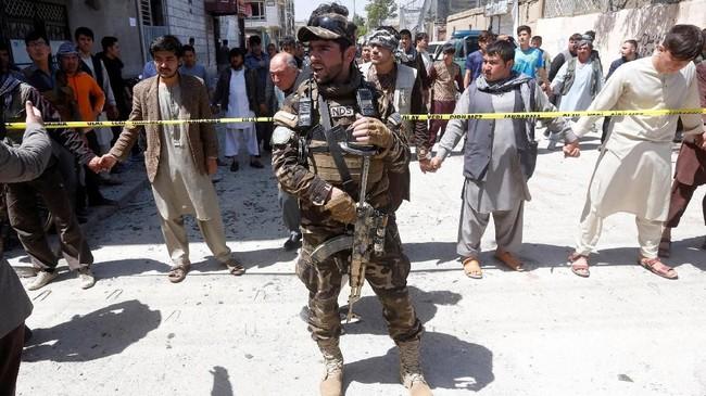Menteri Dalam Negeri Afghanistan, Najib Danish, mengatakan bahwa pengebom berjalan kaki kemudian meledakkan dirinya di depan gerbang kantor tersebut pada pukul 10.00 pagi waktu setempat. (Reuters/Omar Sobhani)