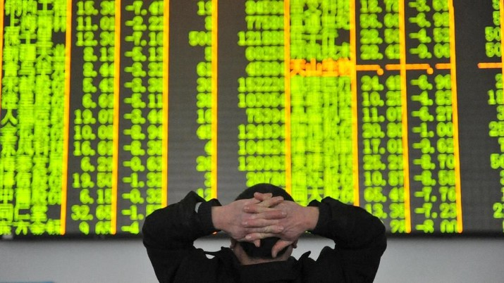 FILE PHOTO: An investor looks at an electronic screen at a brokerage house in Hangzhou, Zhejiang province, January 26, 2016.  REUTERS/China Daily