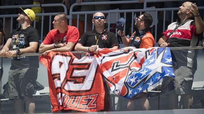Para fan Marc Marquez memberikan dukungan dari tribune di Sirkuit Austin. Fan Marquez dan Valentino Rossi kembali berseteru usai insiden tabrakan dua pebalap itu di MotoGP Argentina. (Getty Images/Getty Images/AFP)