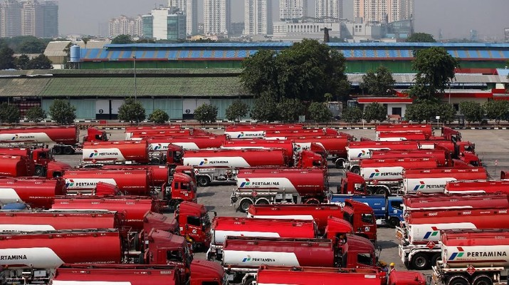 FILE PHOTO: Fuel tank drivers wait to load their cargo at a state-owned Pertamina fuel depot in Jakarta September 9, 2014. REUTERS/Darren Whiteside