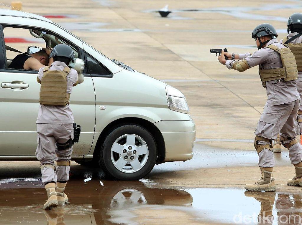 Aksi pasukan Polri melumpuhkan teroris.