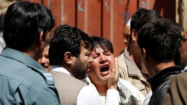 Presiden Ashraf Ghani pun tampil untuk menenangkan warganya. Ia meminta institusi terkait untuk segera memberikan bantuan kepada para korban. (Reuters/Omar Sobhani)