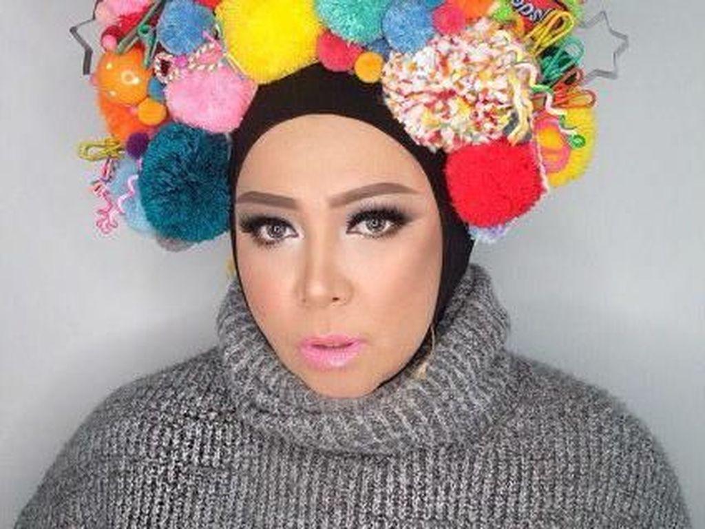 15 Gaya Hijab Terunik Melly Goeslaw, Mirip Bohlam Hingga Unta