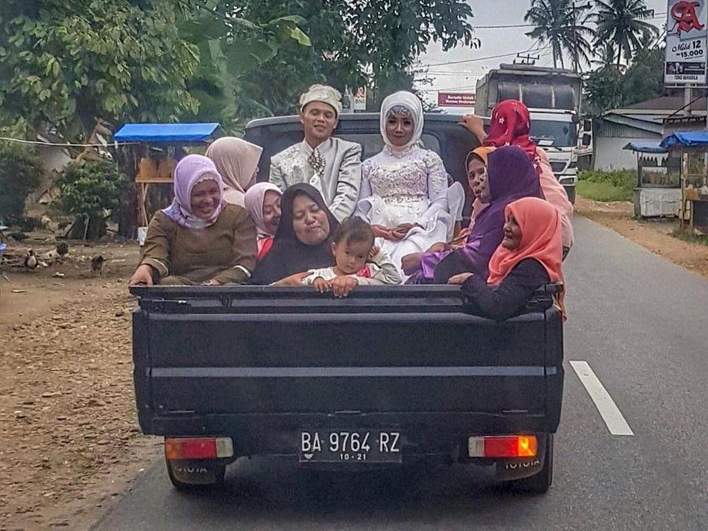 Viral Foto Pengantin Tersenyum Naik Mobil Bak, Bukti Bahagia Itu Sederhana