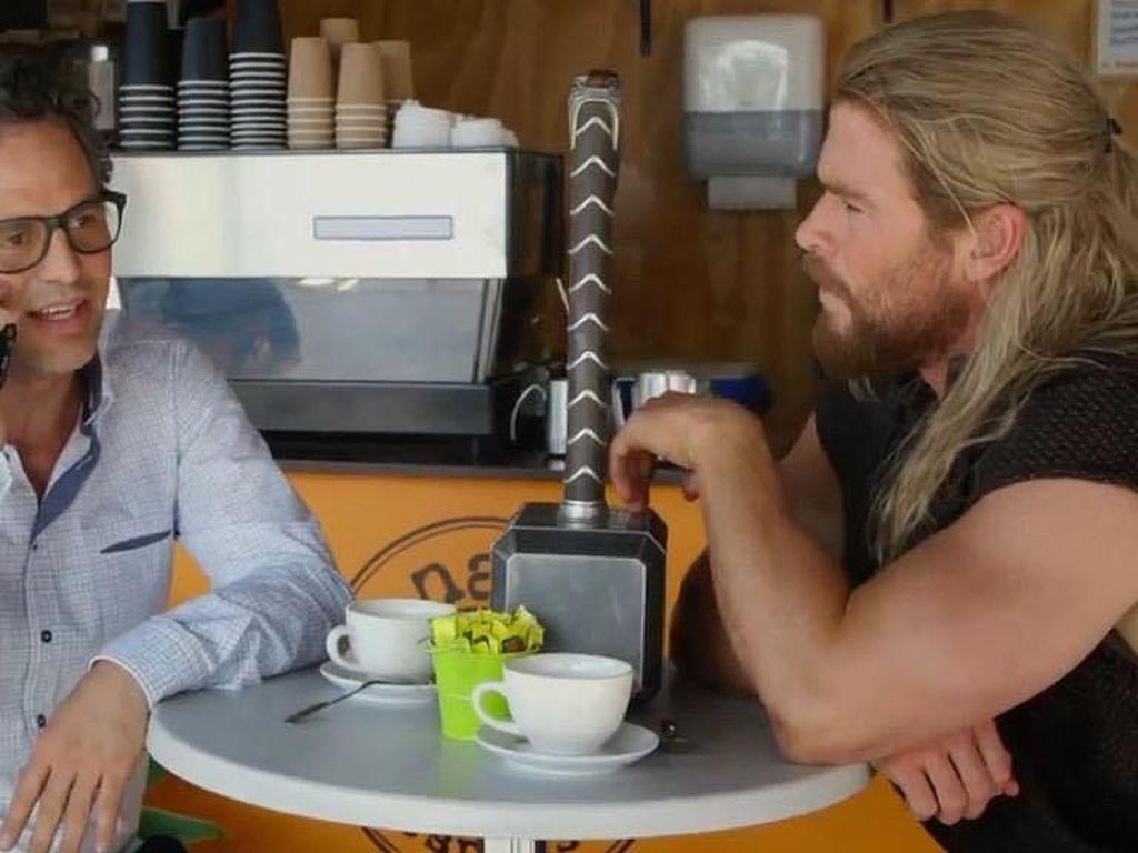 Ditemani Mjölnir, Mark Ruffalo dan Chris Hemsworth yang berpakaian seperti Thor memilih kopi sebagai teman mengobrol mereka. Siapa di sini yang penggemarnya Hulk dan Thor? Foto: Istimewa