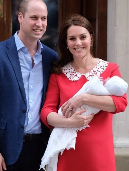 Kate Middleton Bersinar dengan Dress Merah Setelah Melahirkan
