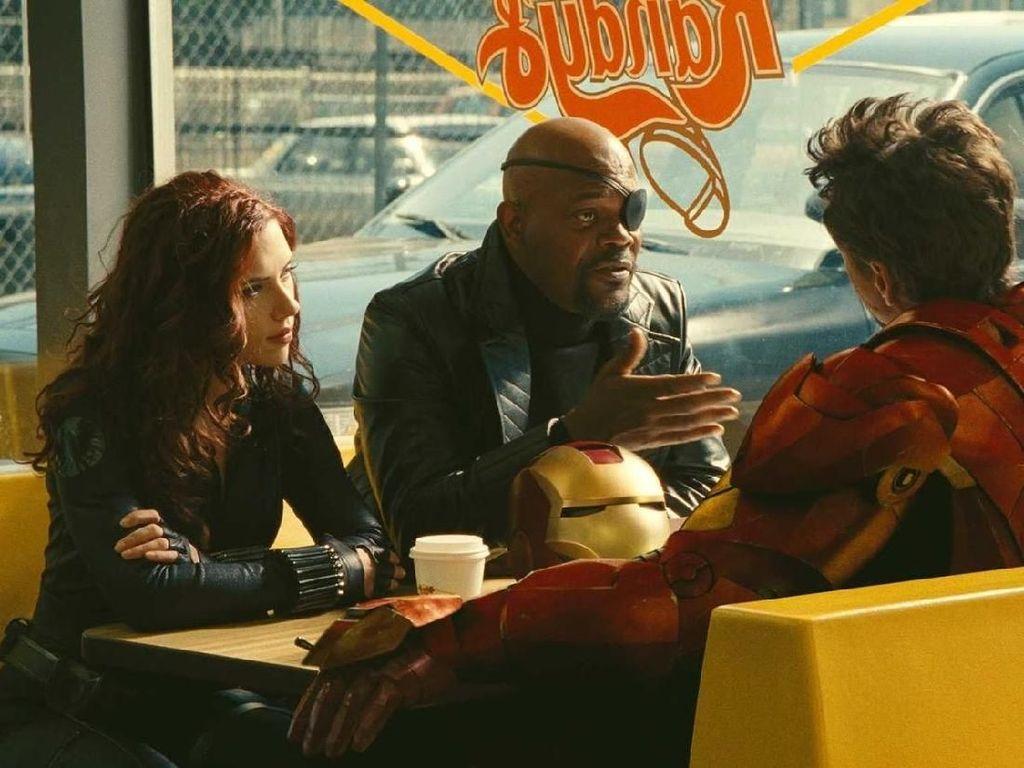 Tak lengkap rasanya membahas gaya makan Avengers tanpa melihat gaya santai Nick Furry (Samuel L Jackson), Black Widow (Scarlet Johnson), dan Iron Man yang tengah ngopi bersama di sebuah gerai donat. Foto: Istimewa