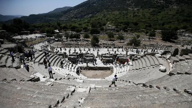 Selama masa Yunani Klasik, Ephesus menjadi salah satu dari 12 kota kejayaan Ionian. Kota itu kemudian semakin berkembang setelah di bawah kekusaan Kerajaan Romawi sejak 129 SM. (Anadolu Agency/Mahmut Serdar Alakuş)
