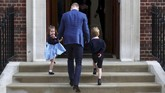 Pangeran William menggandeng kedua anaknya, Pangeran George (kanan) dan Putri Charlotte untuk menjenguk ibu mereka di Lindo Wing St Mary's Hospital, London, Senin (23/4). (REUTERS/Hannah McKay)