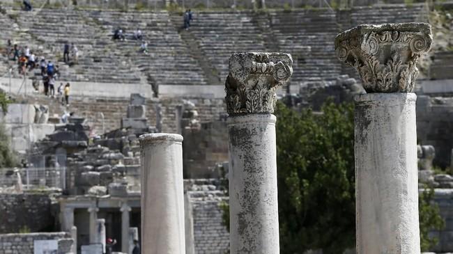 Kota ini semakin terkenal sejak dibangunnya Kuil Artemis yang selesai dibangun pada 550 SM. Kuil tersebut dibangun untuk menghormati Dewi Artemis, dewi para pemburu, hutan, bulan, dan pemanah. (Anadolu Agency/Mahmut Serdar Alakuş)