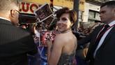 Scarlett Johansson, seperti biasa, dikerumuni penggemar yang ingin berfoto bersama. (REUTERS/Mario Anzuoni)