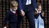 Pangeran George dan Putri Charlotte dijemput ayah mereka, Pangeran William, tak lama ketika Kate Middleton dikonfirmasi telah melahirkan. Kedua bocah pewaris takhta Kerajaan Inggris itu bahkan sempat menyapa media di depan rumah sakit. (REUTERS/Henry Nicholls)