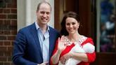 Usai dijenguk Pangeran George dan Putri Charlotte, Pangeran William dan Kate Middleton pun keluar dari rumah sakit untuk menuju kediaman mereka, Istana Kensington. (REUTERS/Henry Nicholls)