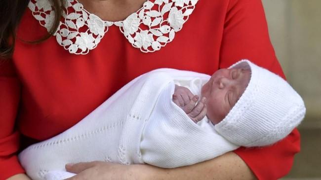 Bayi laki-laki yang lahir dengan bobot 3,8 kilogram tersebut hingga kini belum diumumkan namanya. (John Stillwell/Pool via Reuters)