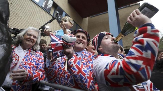 Publikpendukung Kerajaan Inggris bersuka ria dengan kehadiran pangeran baru di monarki tertua di dunia itu. (REUTERS/Hannah McKay)