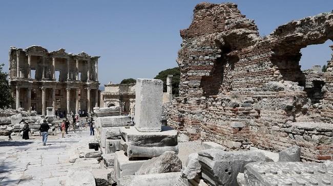 Kerajaan Romawi bukan hanya membangun Kuil Artemis, namun juga membangun serangkaian bangunan monumental, seperti Perpustakaan Celsus, dan teater yang mampu menampung lebih dari 25 ribu penonton.(Anadolu Agency/Mahmut Serdar Alakuş)
