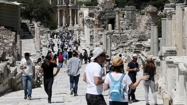 Ephesus juga tercatat sebagai satu dari tujuh kota Asia yang disebutkan dalam Kitab Wahyu. Murid Yesus, Yohannes, diklaim menulis injilnya di kota ini. Kala itu, Ephesus dihuni 250 ribu penduduk jadi kota terbesar kedua di dunia.(Anadolu Agency/Mahmut Serdar Alakuş)
