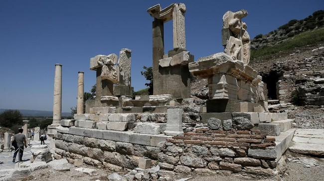 Namun pada 263 Masehi, kota ini dihancurkan oleh kaum Goths. Sempat dibangun kembali, namun gempa bumi dahsyat meluluhlantakkan Ephesus pada 614 Masehi.(Anadolu Agency/Mahmut Serdar Alakuş)