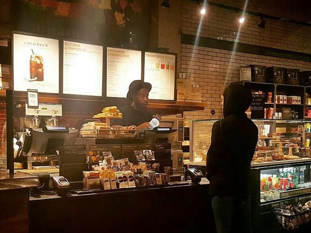 Kalau ini foto Tom Holland yang memerankan karakter Spiderman, ketika tengah membeli secangkir kopi hangat disela-sela proses syuting film lengkap dengan kostum Spiderman andalannya. Foto: Istimewa