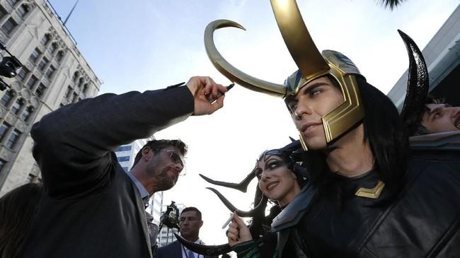 Chris Hemsworth yang memerankan Thor, bertemu dengan 'Loki' di karpet itu. (REUTERS/Mario Anzuoni)