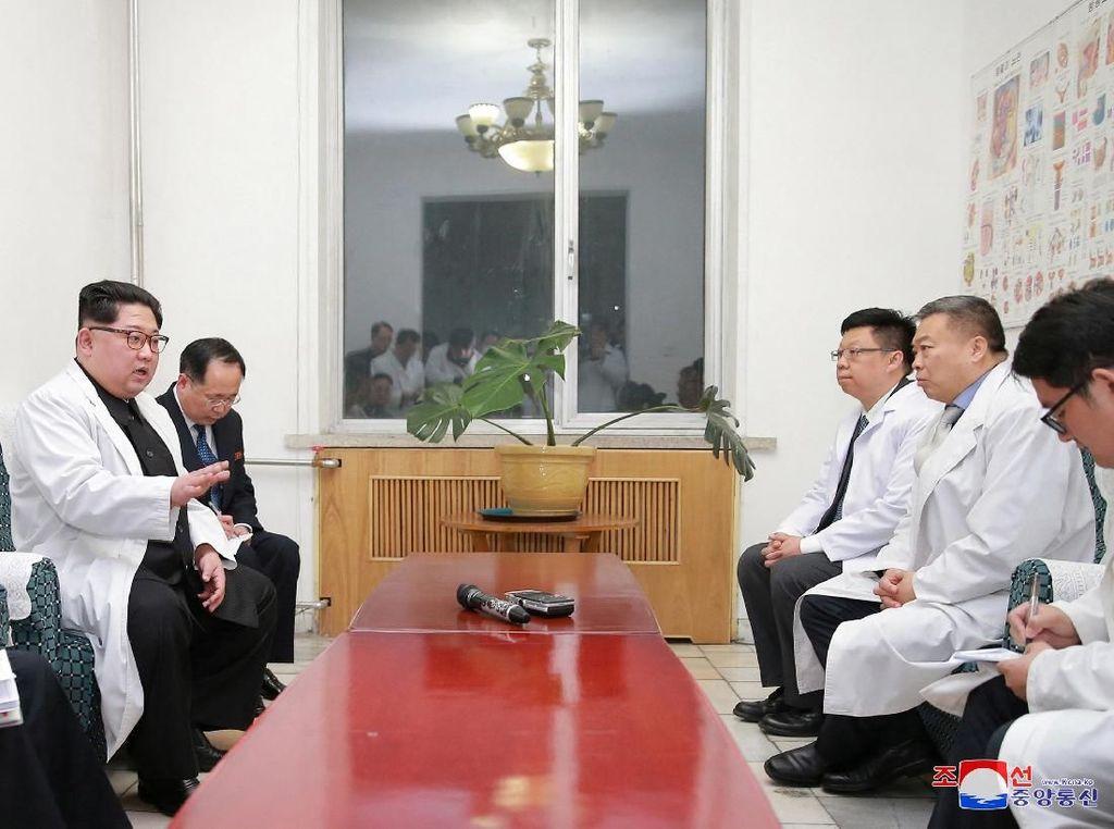 Sebanyak 32 turis China tewas dalam insiden kecelakaan di Hwanghae Utara, Korea Utara. Kim Jong-Un tampak menjenguk para korban luka di rumah sakit. Kim Jong-Un yang didampingi jajarannya tampak berdiskusi dengan dokter di rumah sakit tersebut. (Foto: Dok. KCNA/via REUTERS)