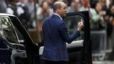 Pangeran William terus menunjukkan wajah semringah dan sempat menyapa publik dan media yang menunggu kabar bahagia tersebut di depan rumah sakit. (REUTERS/Peter Nicholls)