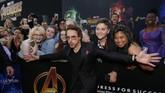Robert Downey Jr. pemeran Iron Man seperti tak ingin pilih kasih. Ia memilih berfoto bersama dengan para penggemar di belakangnya. Sebelumnya, Downey Jr. bersama Cumberbatch dan Karen Gillan pemeran Nebula, datang ke Singapura untuk promosi Infinity War. (REUTERS/Mario Anzuoni)