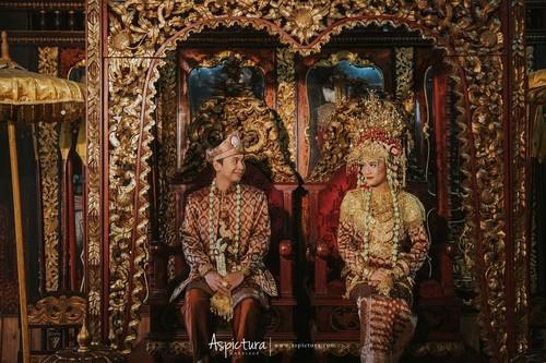 Inspirasi Foto Prewedding Berbaju Adat ala Raditya Dika dan Anissa Aziza