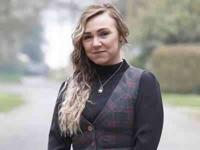 Nggak Punya Duit, Wanita Ini Lepas Implan Payudara Sendiri Pakai Cutter
