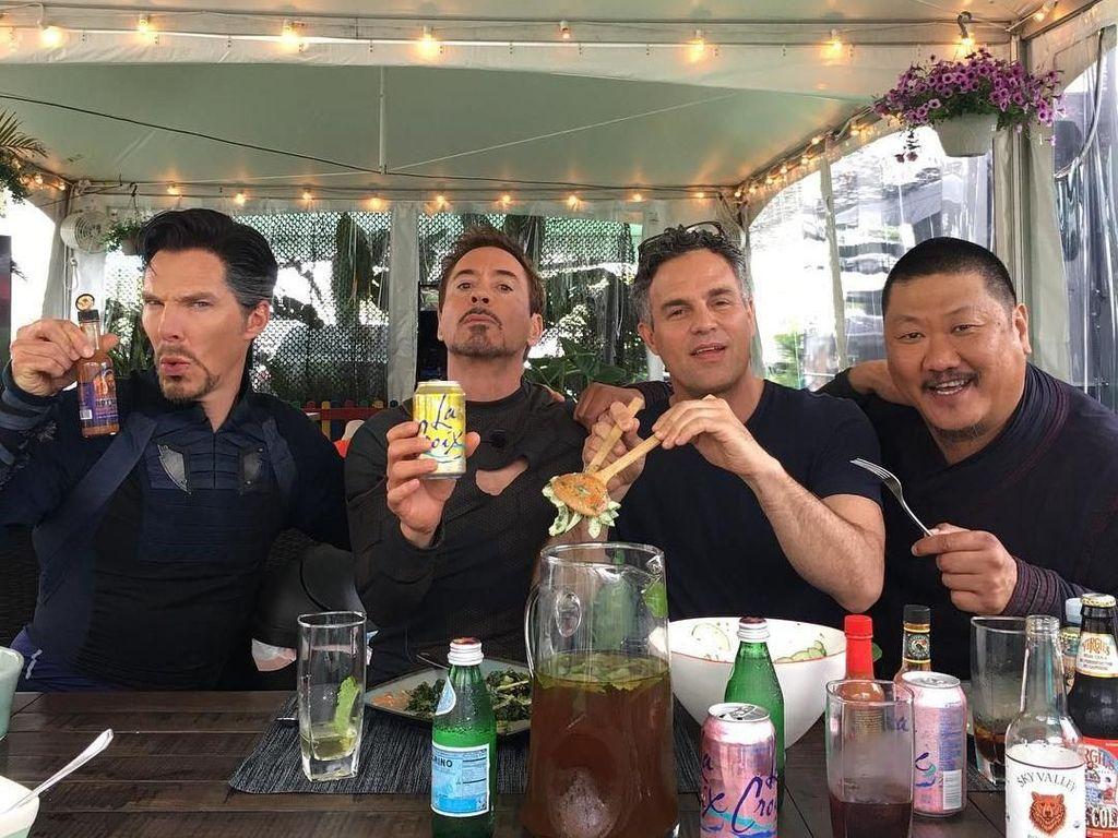 Makan siang bersama pemain lainnya, Robert terlihat asyik meminum sekaleng soda ditemani Benedict Cumberbatch yang memerankan Dr. Strange, Mark Ruffalo yang memerankan Hulk, dan Benedict Wong sebagai Wong. Foto: Istimewa