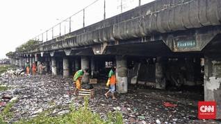Menengok Hamparan Sampah di Kolong Tol Wiyoto Wiyono