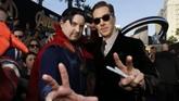 Mereka memang menyempatkan berfoto bersama penggemar. Bedenict Cumberbatch memilih salah satu yang sangat 'niat,' sampai mengenakan kostum karakternya, Doctor Strange. (REUTERS/Mario Anzuoni)