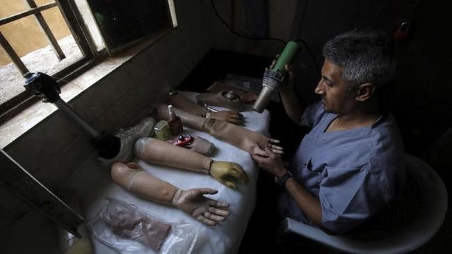 Banyak warga desa mengumpulkan logam dan kabel listrik dari peralatan militer yang ditinggalkan di medan tempur. Kegiatan itu menjadi mata pencarian banyak warga. Akibatnya jumlah korban yang terkena ranjau meningkat, terutama di Irak Selatan. (REUTERS/Essam Al-Sudani)