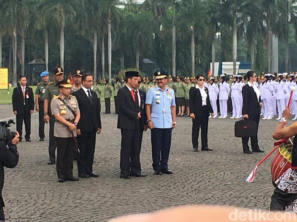 Jokowi dikawal oleh para anggota Pasukan Pengamanan Presiden (Paspampres) wanita saat Apel Bersama para prajurit wanita TNI dan Polri / Foto: Indra Komara/detikcom