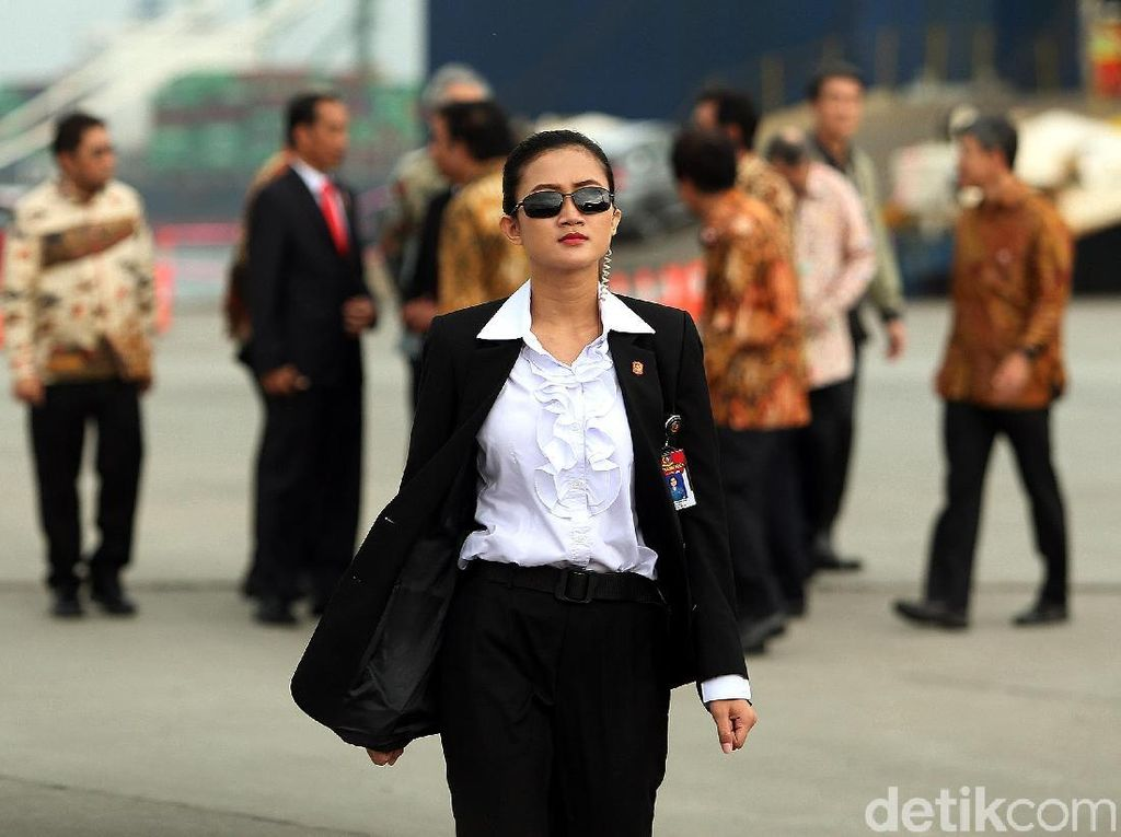 Tak lupa, Jokowis Angels ini memakai kaca mata hitam / Foto: Rengga Sancaya