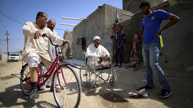 Sheno Abdullah salah seorang yang kehilangan sebelah kakinya dalam ledakan mengatakan, pada 1980, saat perang dimulai pesawat Iran menjatuhkan bom di kawasan kami saat subuh, hampir semua orang mengungsi, hanya beberapa yang tinggal. (REUTERS/Essam Al-Sudani)