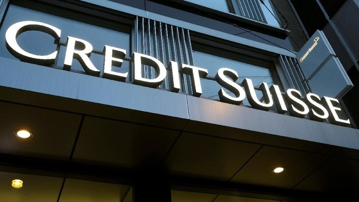FILE PHOTO: The logo of Swiss bank Credit Suisse is seen at a branch in Winterthur, Switzerland November 2, 2017. REUTERS/Arnd Wiegmann
