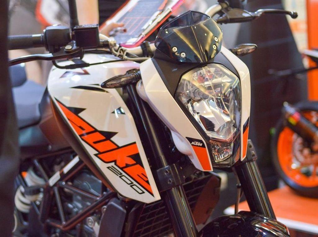 Selain original Side Muffler, KTM juga diberikan sebagai hadiah tambahan khusus pembelian Duke 200. Serta jaket Eklusive Merek Dainese (Hadiah khusus pembelian RC 200). Foto: Dok. KTM