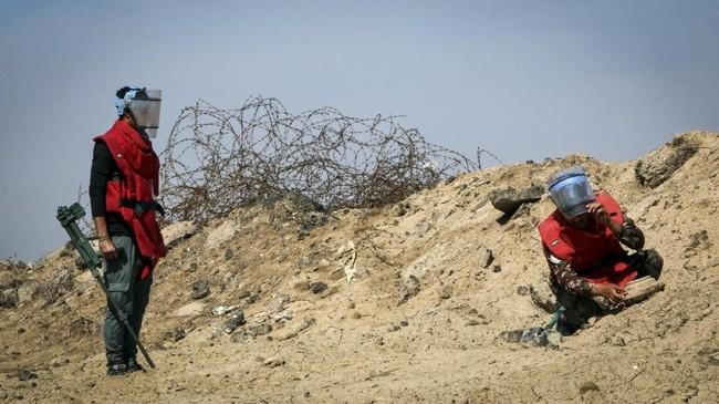 Banyak di antara mereka terkena ranjau dan bom sehingga desa itu dikenal sebagai Bitran, dalam dialek setempat artinya 'orang-orang yang diamputasi'. Al-Bitran terletak di sebelah timur Kota Basra, dekat aliran sungai Shatt Al-Arab yang menandai perbatasan dengan Iran. (REUTERS/Essam Al-Sudani)