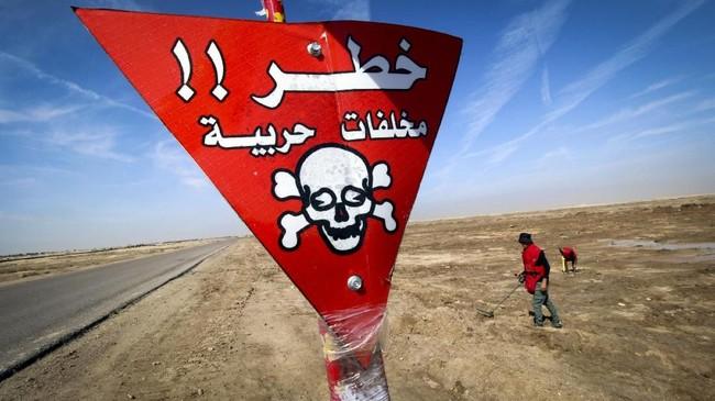 Warga Desa Jurf Al-Milh mengumpulkan besi-besi yang ditinggalkan perang untuk dijual, namun risikonya sangat besar. (REUTERS/Essam Al-Sudani)