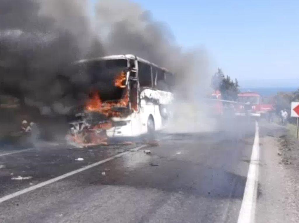 Bus yang mengangkut WN Australia dan Selandia baru terbakar di Turki saat dalam perjalanan ke upacara Anzac Day di Gallipoli. Mesin kendaraan mereka mulai mengeluarkan asap di distrik Kucukkuyu. Tak ada yang terluka dalam insiden ini. (Foto: Dok. ABC News)