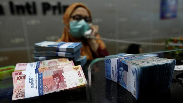 Indonesian rupiah banknotes are seen after they were counted at a money changers in Jakarta, Indonesia April 25, 2018. REUTERS/Willy Kurniawan