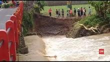 VIDEO: Banjir Bandang, Jembatan di Purbalingga Hampir Putus