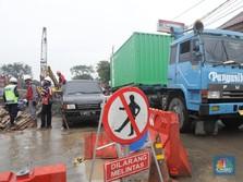 FOTO: Melihat Proses Perbaikan Pipa PGN yang Bocor di Cakung