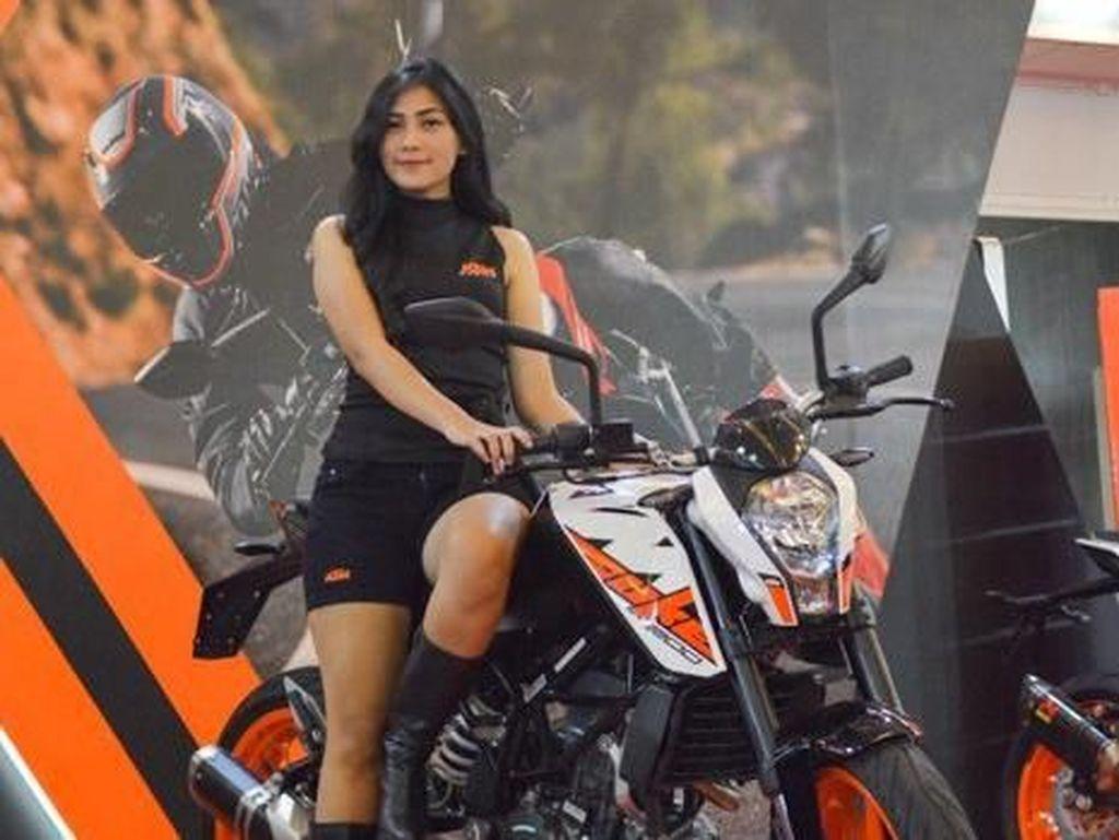 Kali ini di IIMS 2018, KTM Indonesia pun menampilkan KTM Duke 200. Berbeda dengan Duke 200 yang sudah diperkenalkan, motor Austria ini lebih keren dengan aksesori part original. Foto: Dok. KTM