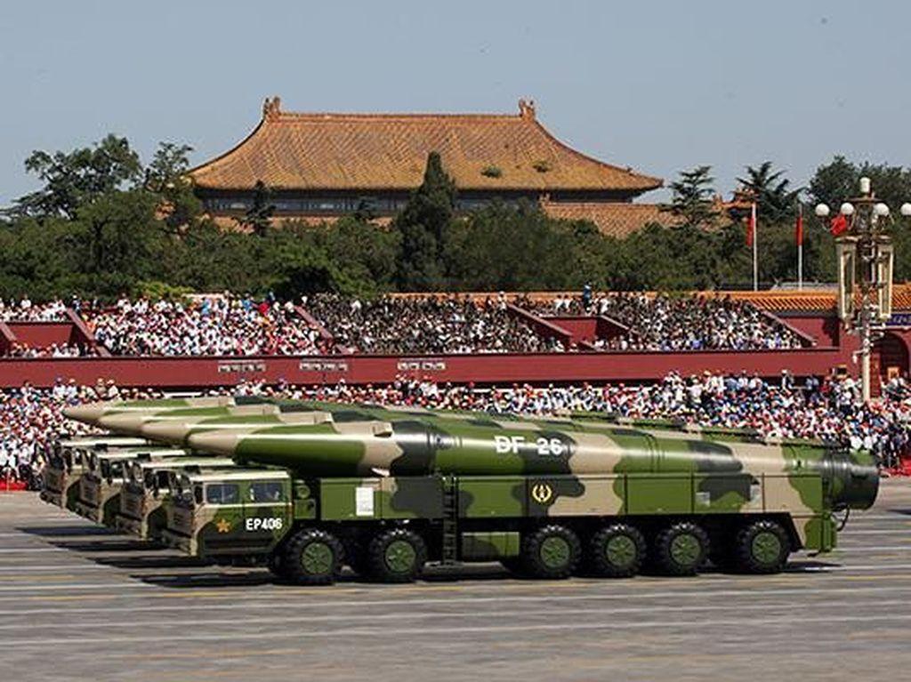 Usai mengumumkan serangkaian pesawat tempur keliling di Taiwan, China juga meluncurkan misil DF-26 miliknya. Misil yang dijuluki Pembunuh Guam ini memiliki kemampuan untuk menyerang pangkalan laut Pasifik AS dengan senjata nuklirnya. (Foto: Misil DF-26 saat dipamerkan di parade Peringatan 70 tahun PD II di China/dok.China Daily)