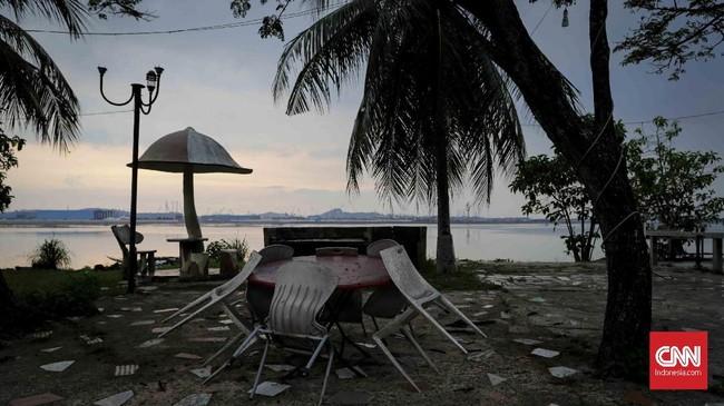 Pantai yang biasanya ramai oleh keriaan juga terasa seperti kuburan tak berpenghuni.