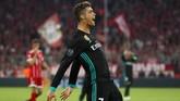 Penyerang Real Madrid Cristiano Ronaldo sempat menggetarkan gawang Bayern Munchen pada menit ke-71, tapi kemudian dianulir karena melakukan handball. (REUTERS/Michael Dalder)