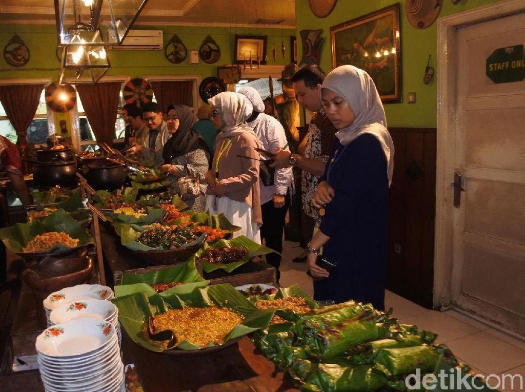 Dengan semangat Angga, menggiring seluruh teman-temannya untuk memilih makanan dan minuman sepuasnya! Foto: dok. detikFood